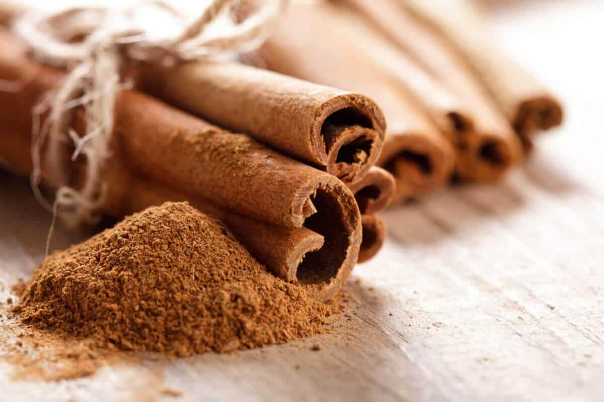 raw cinnamon sticks and cinnamon powder